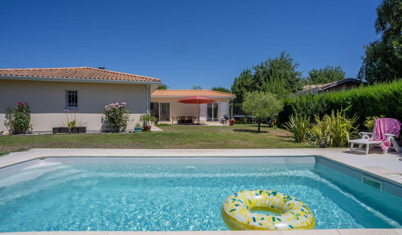 Maison avec piscine et terrasse Ares