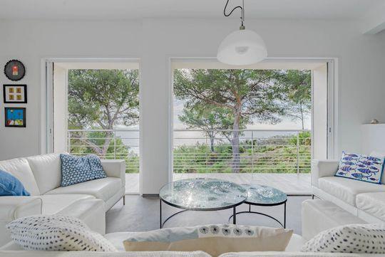 Maison contemporaine en bord de mer avec jardin