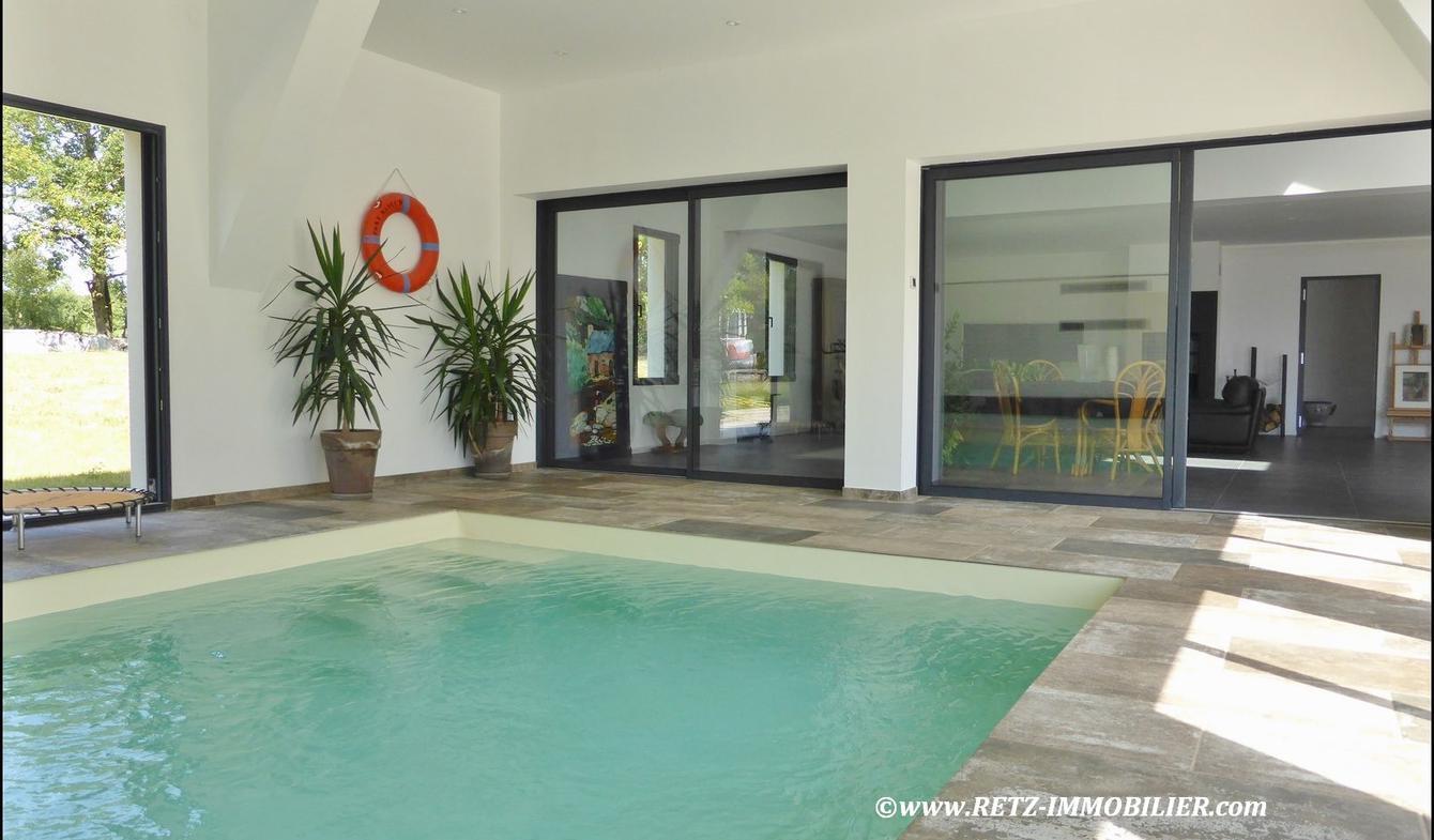 House with pool and terrace Saint-Etienne-de-Montluc