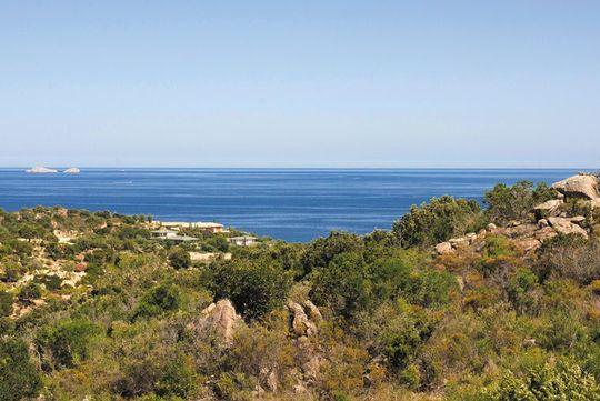 Terrain avec vue panoramique en bord de mer