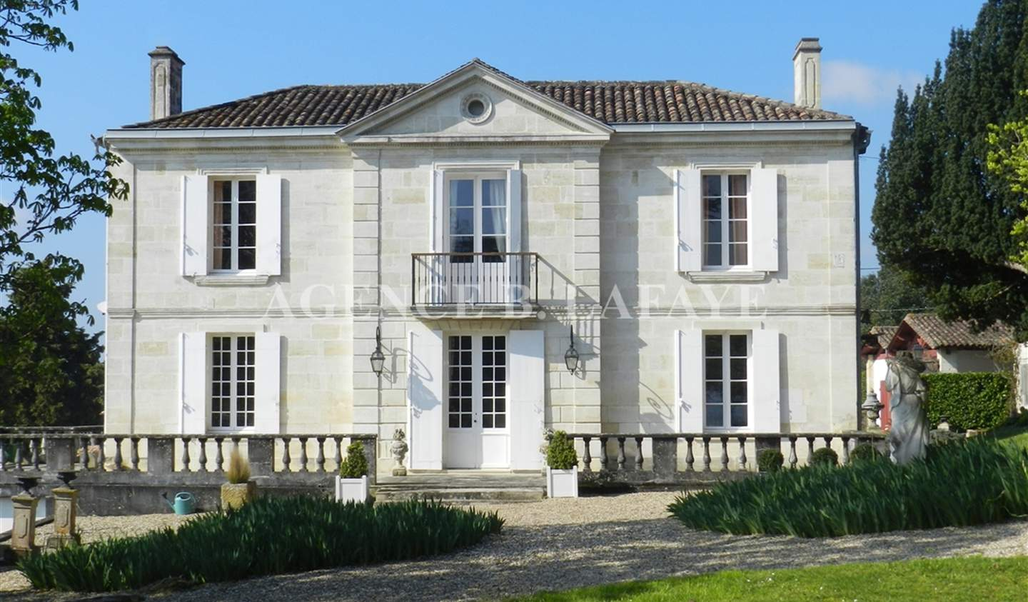 Property with pool and garden Bordeaux