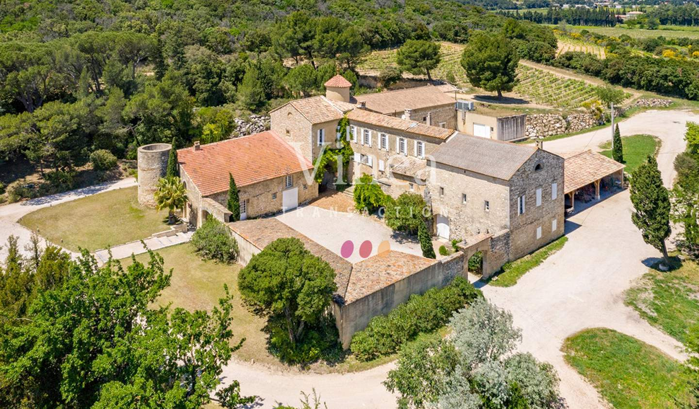 Vineyard with outbuildings Tavel