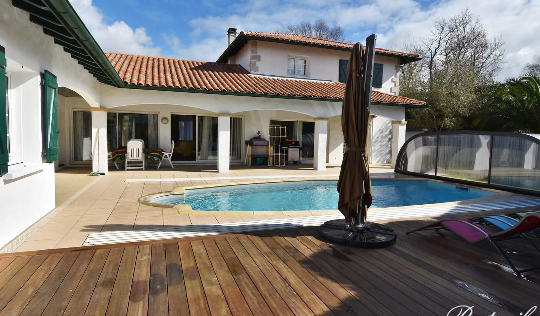 Maison contemporaine avec piscine et jardin Ascain