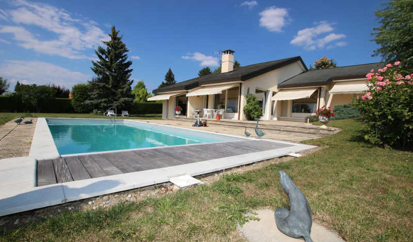 Villa avec piscine et terrasse Loisin