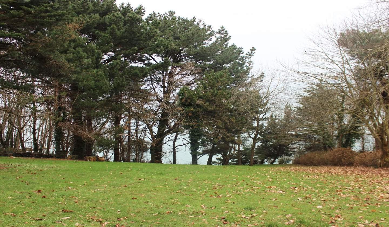Seaside property and garden Poullan-sur-Mer