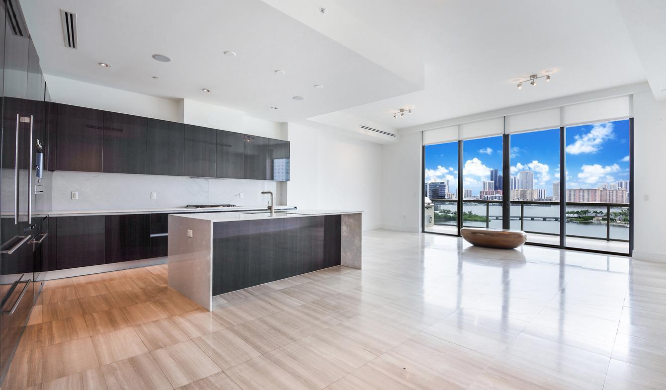 Appartement contemporain avec terrasse en bord de mer Aventura