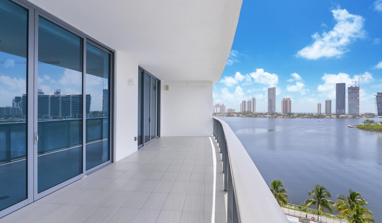 Appartement contemporain avec terrasse et piscine Aventura