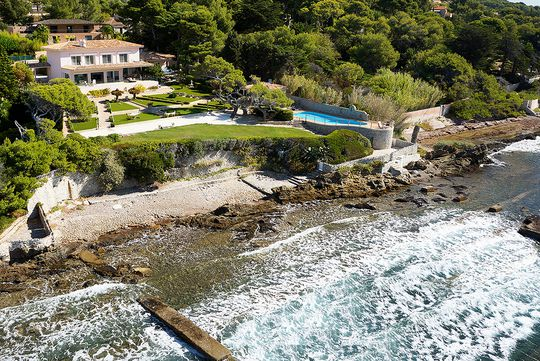 Seaside property with pool