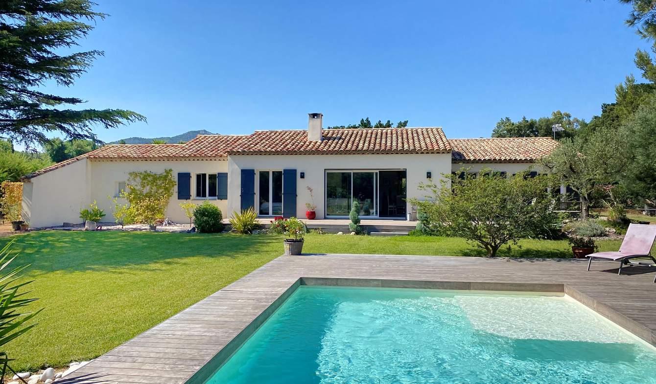 Maison contemporaine avec piscine en bord de mer Grimaud