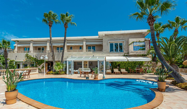 Seaside villa with pool Peguera