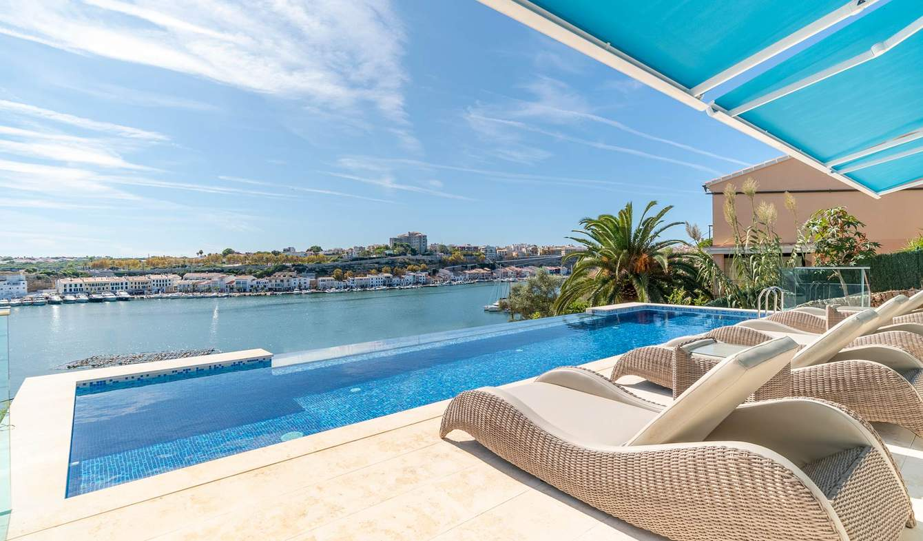 Villa avec piscine en bord de mer Port Mahon