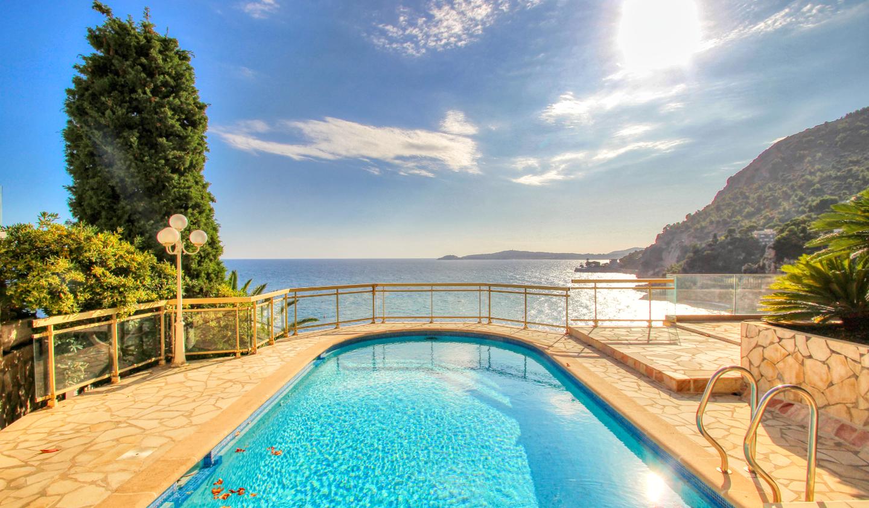 Propriété avec piscine en bord de mer Cap-d'Ail