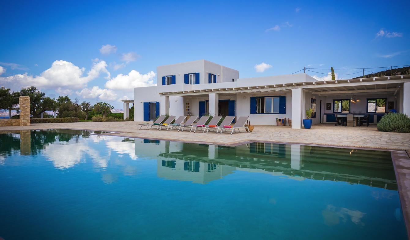 Villa avec piscine en bord de mer Parikiá