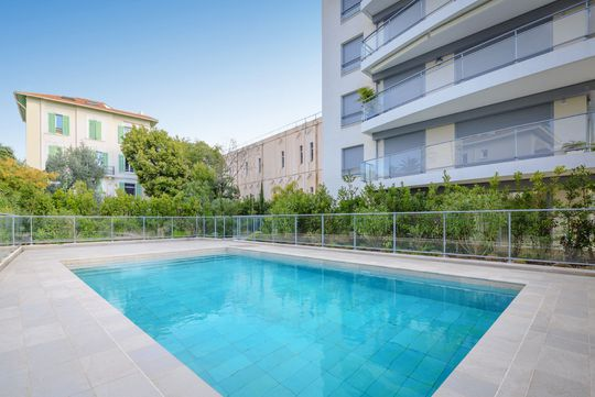 Appartement contemporain avec piscine en bord de mer