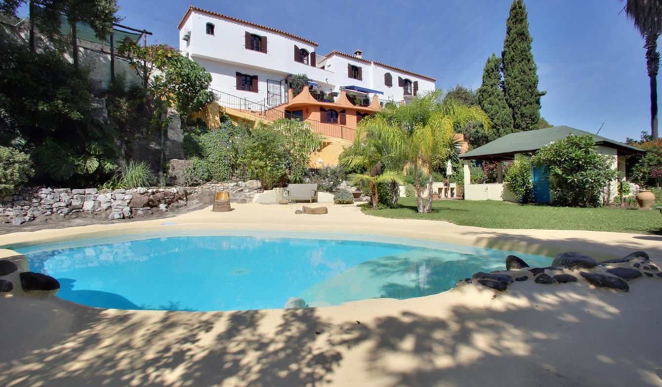 Property with pool and garden Estepona