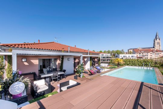 Apartment with terrace and pool