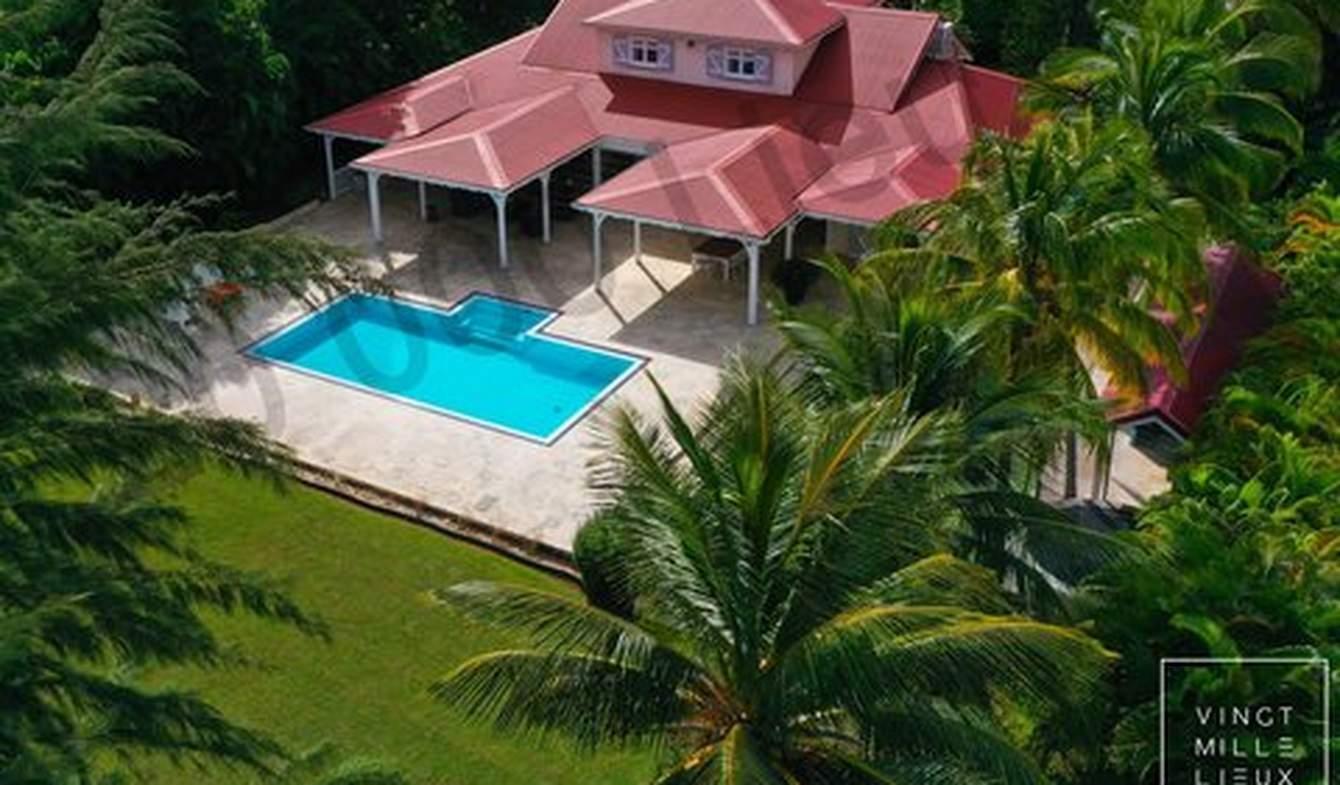 Maison avec piscine en bord de mer Petit bourg