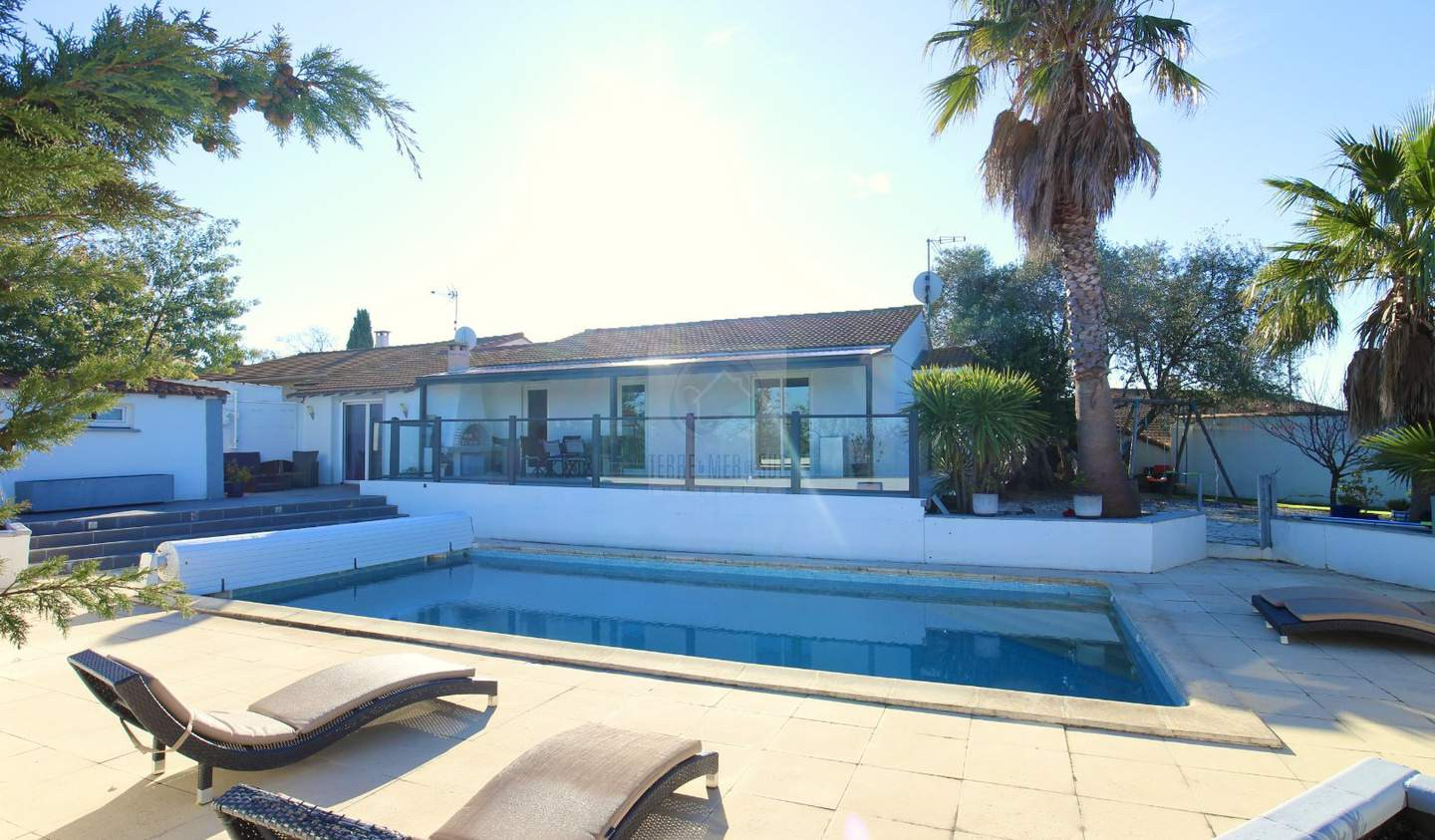 Villa with pool and terrace Corneilhan