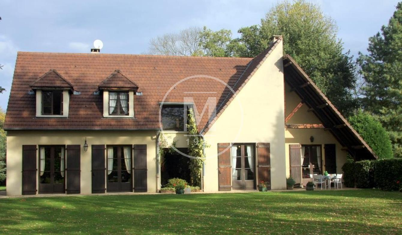 House with pool Puy-Guillaume