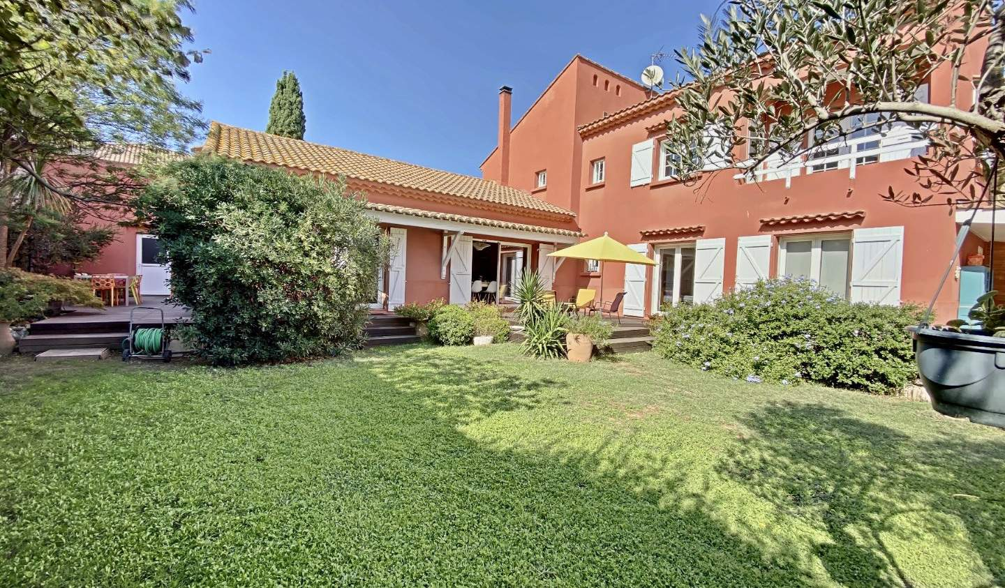 House with pool and terrace Beziers