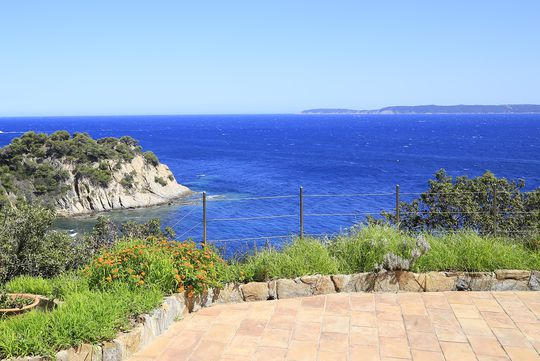 Propriété en bord de mer avec jardin