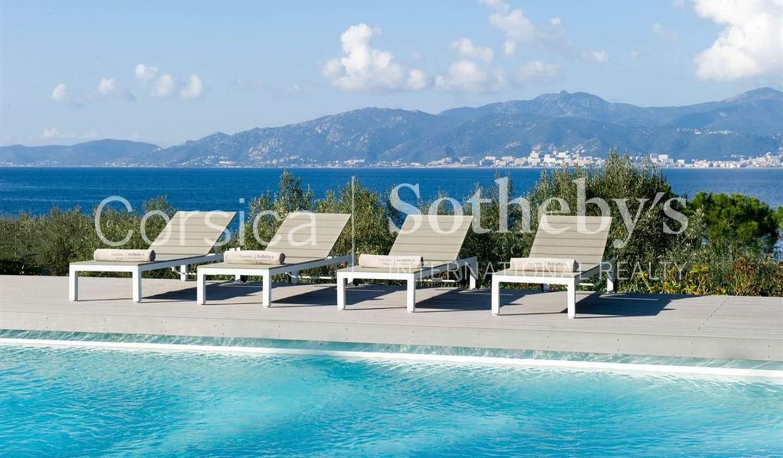Villa avec piscine en bord de mer Ajaccio