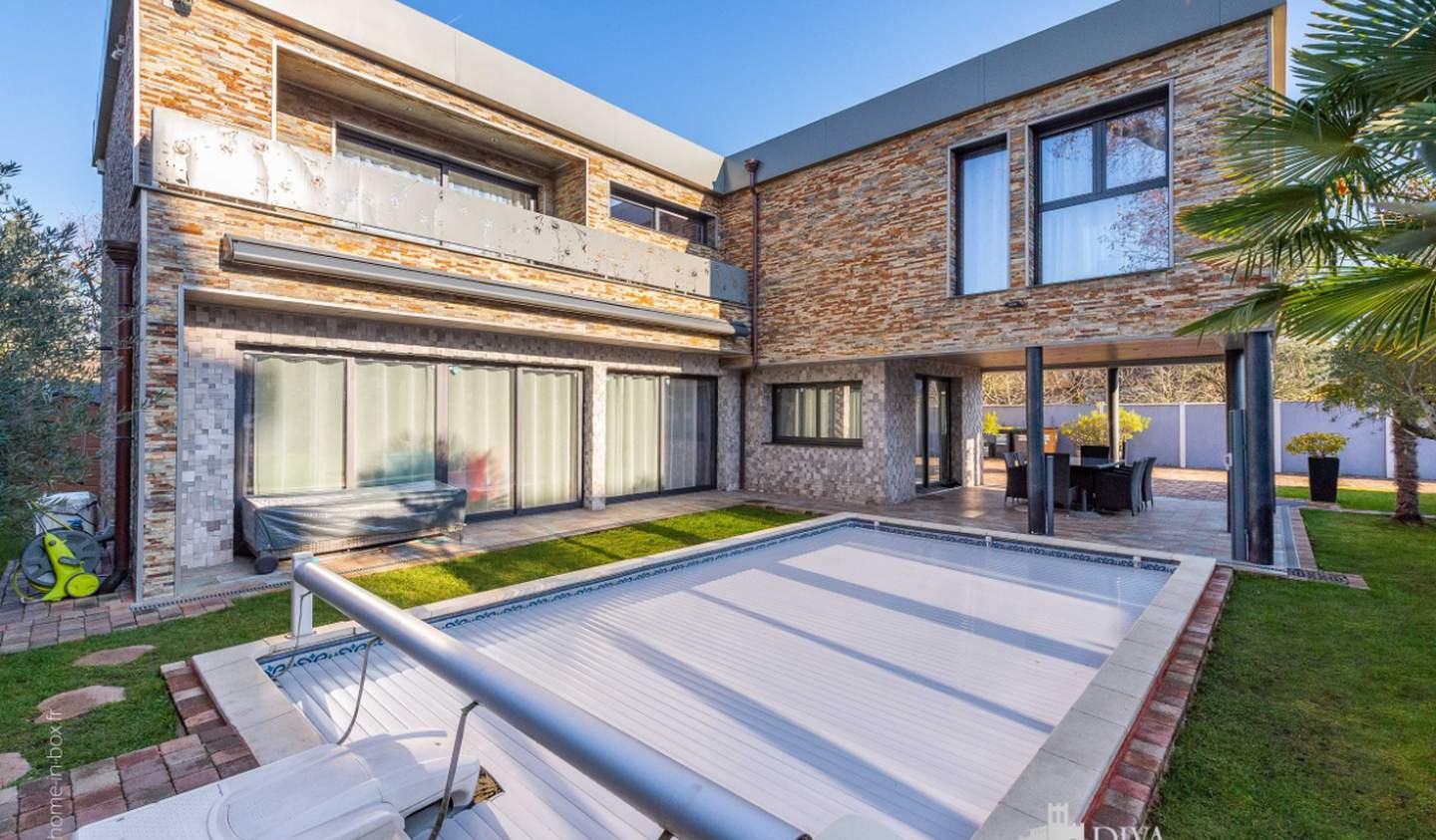 House with pool and terrace Neuilly-Plaisance