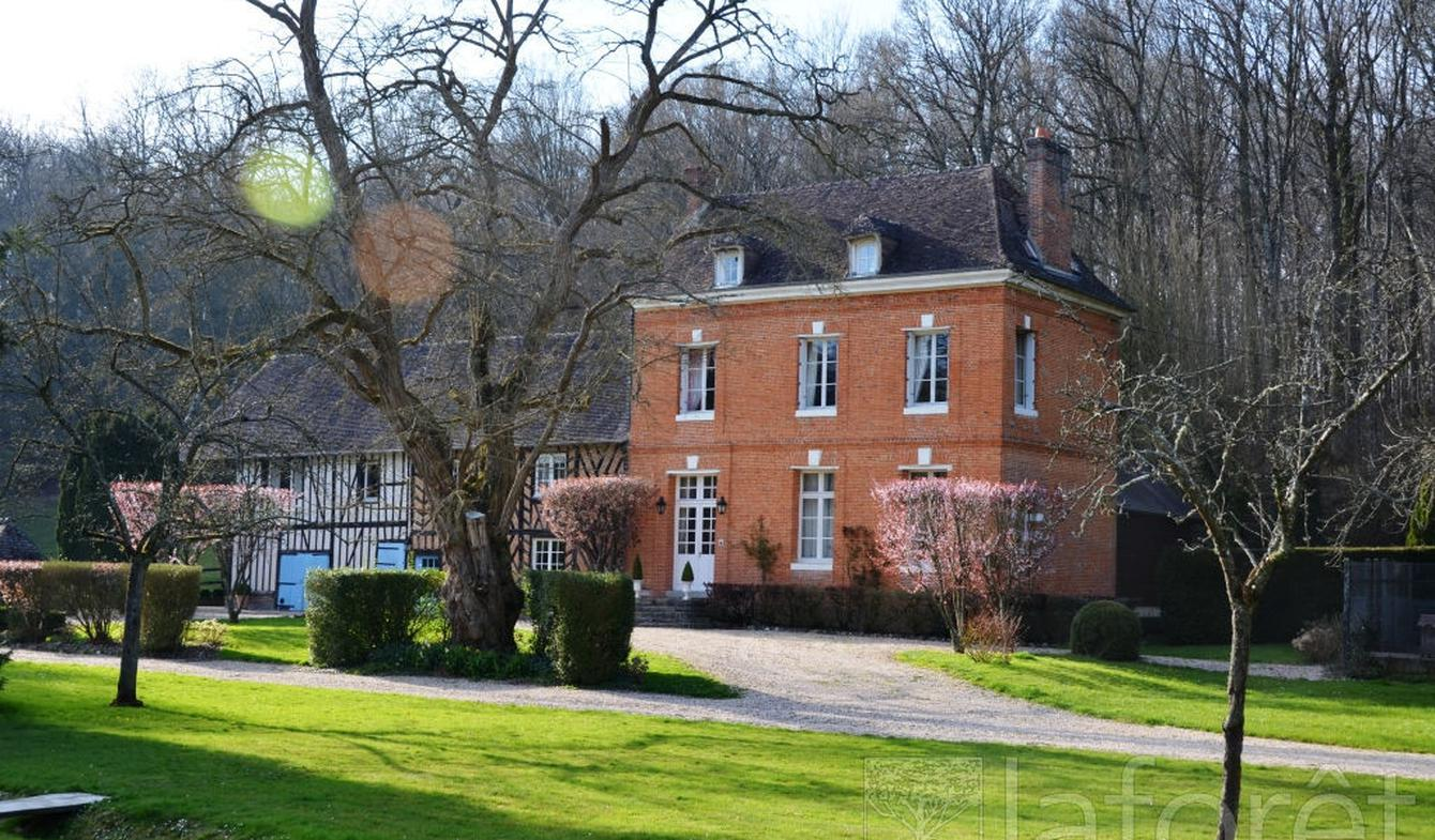 Property with pool Bernay