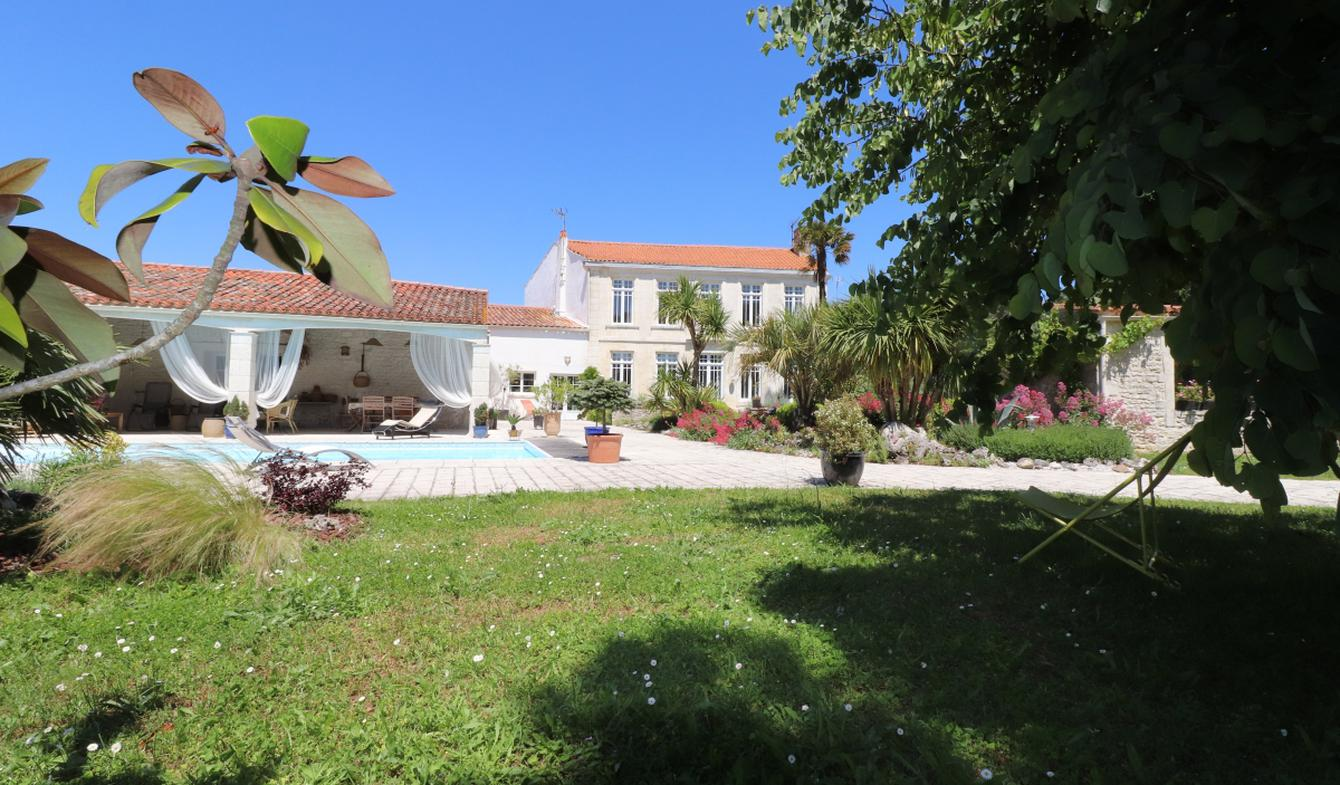 House with pool and terrace La Rochelle