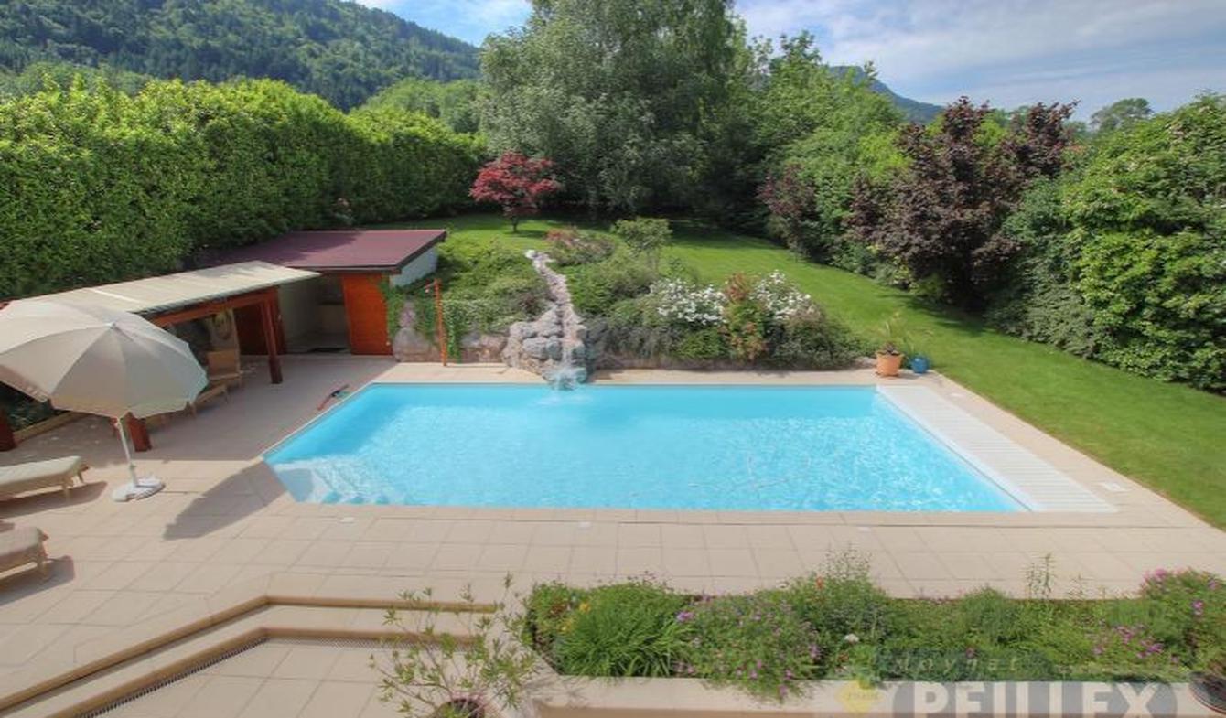 Villa avec piscine et terrasse Brenthonne