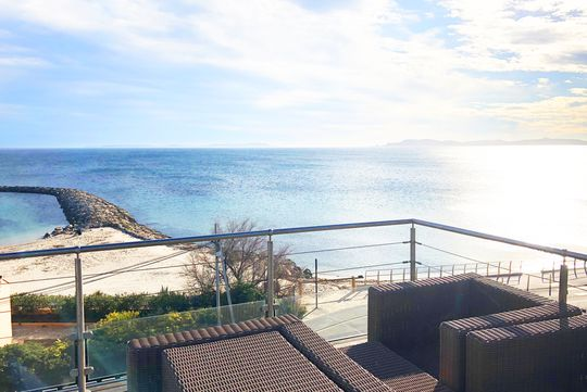 Appartement contemporain avec terrasse en bord de mer