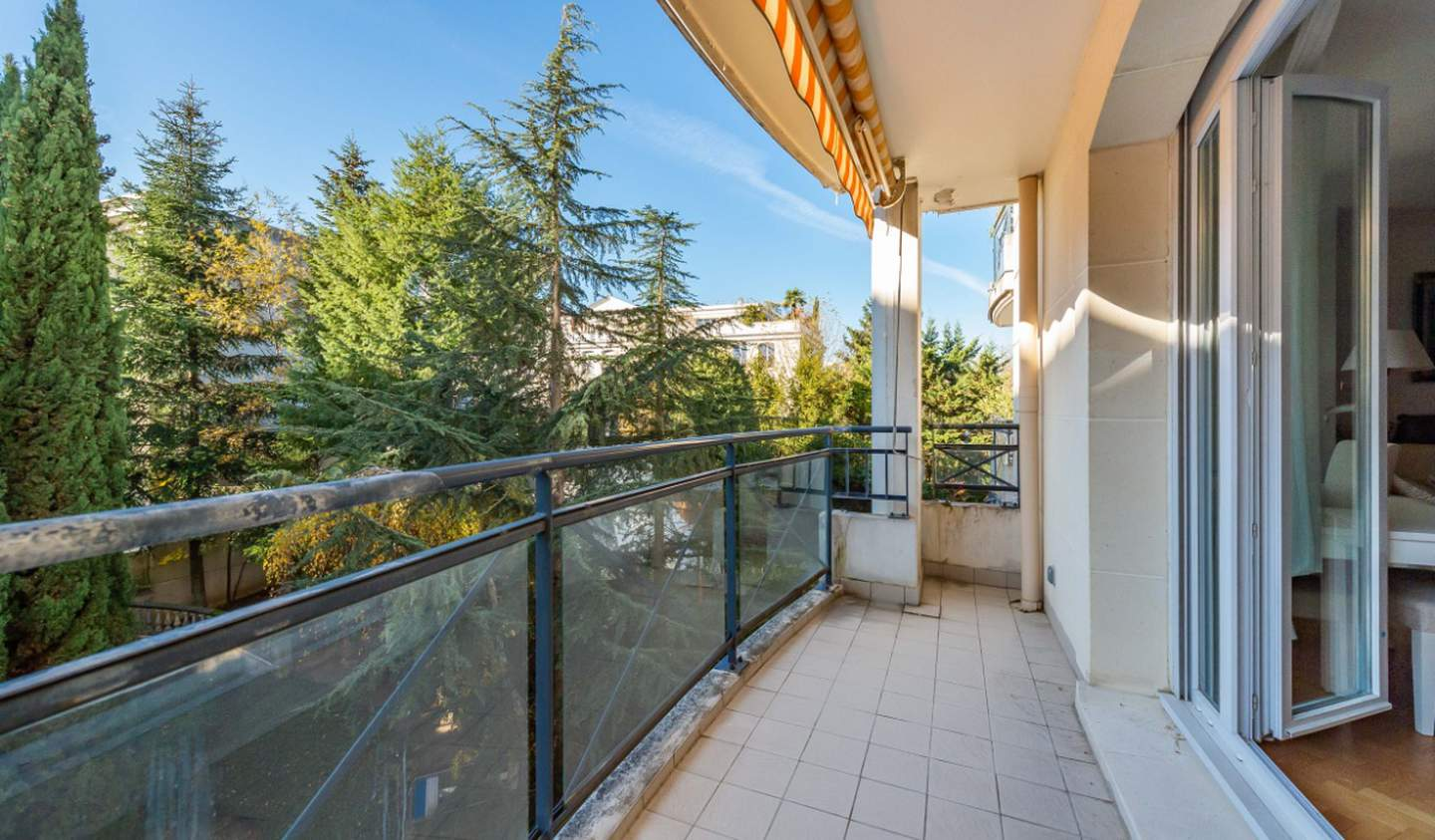 Apartment with terrace Le Plessis-Robinson