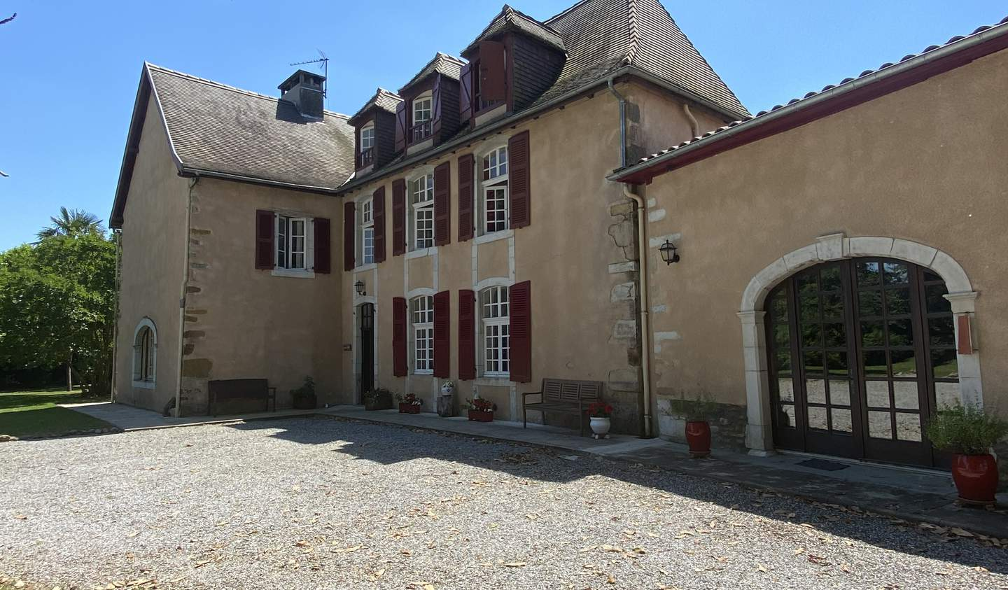 Property with pool and garden Sauveterre-de-Béarn