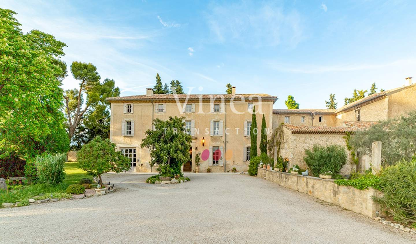 Vineyard with pool and outbuildings Vaucluse