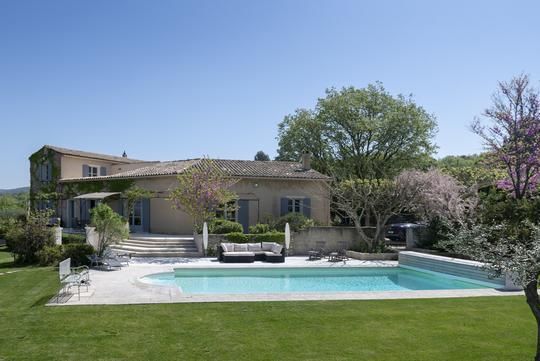 Propriété avec piscine et jardin