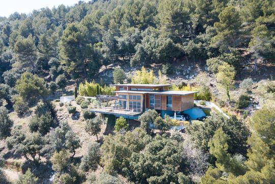 Maison contemporaine avec piscine et jardin