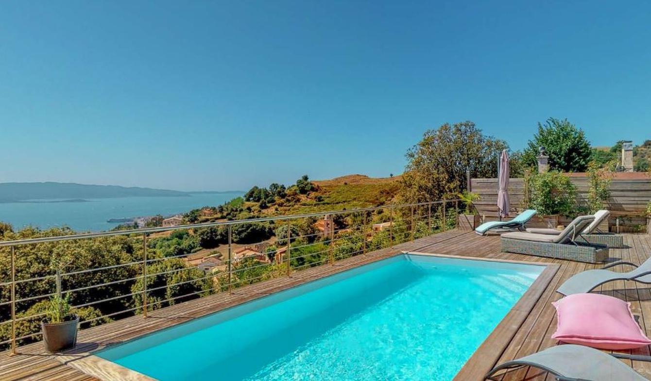 Maison contemporaine avec piscine et jardin Alata