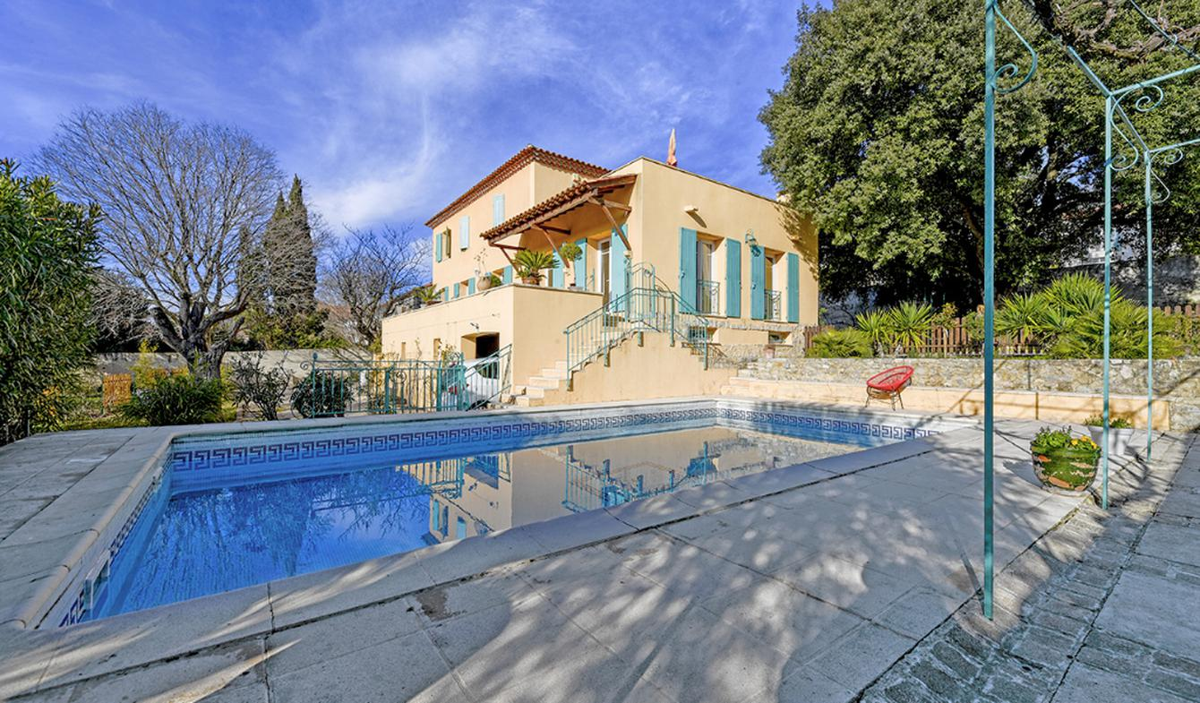 House with pool and terrace Nimes