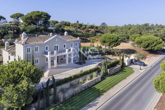 Maison contemporaine avec piscine en bord de mer