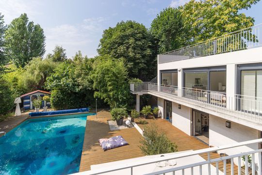Apartment with pool