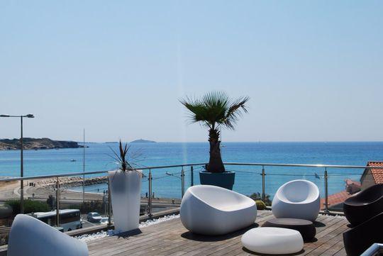 Appartement contemporain avec terrasse en bord de mer