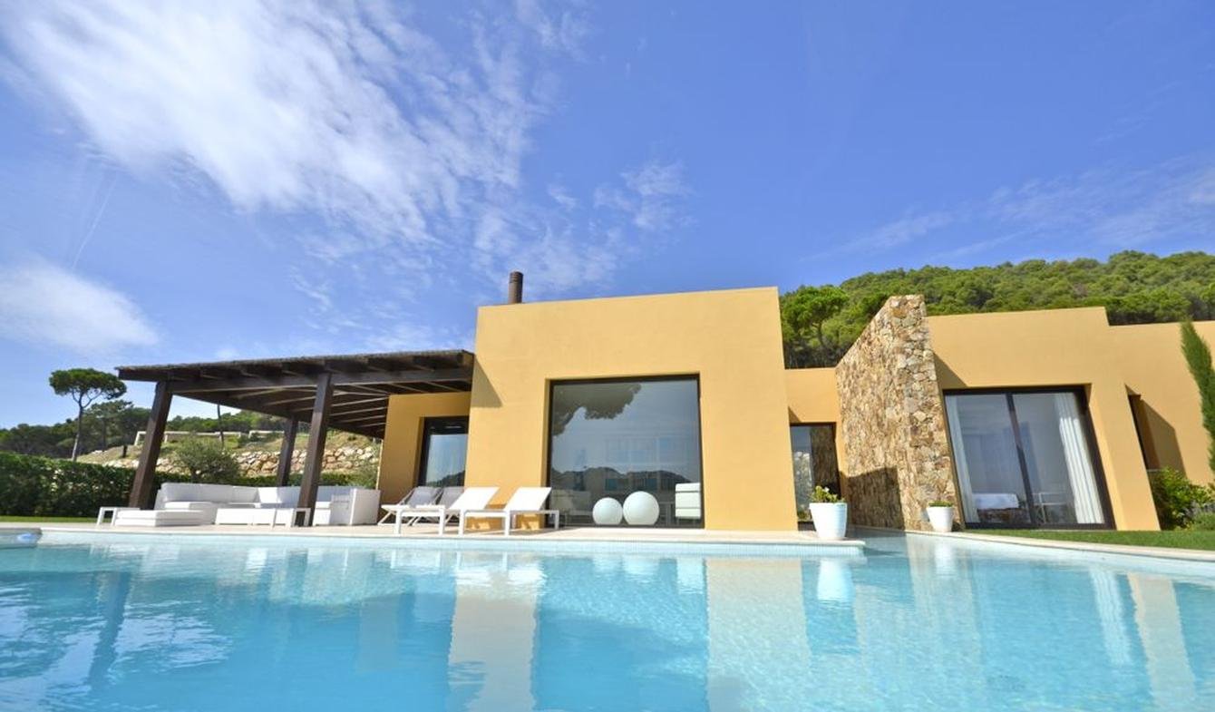 Villa with pool and garden Catalonia