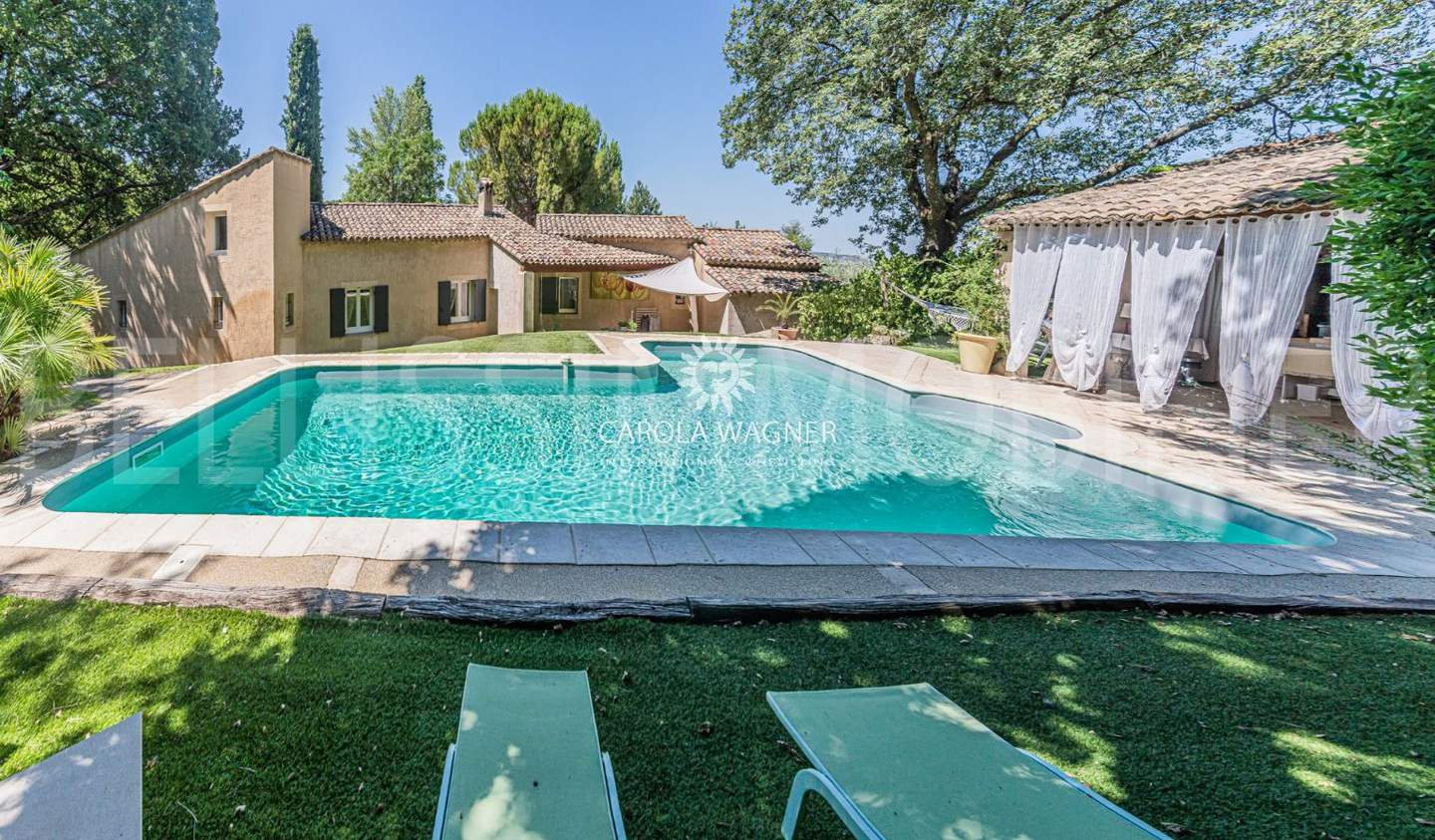 Villa with pool Robion