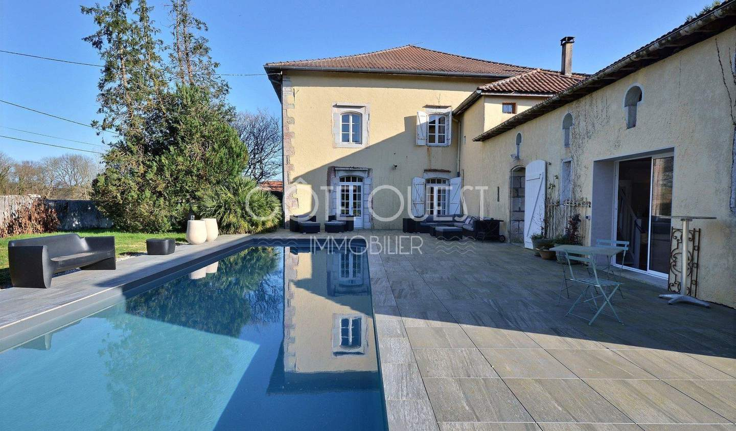 House with pool Saubrigues