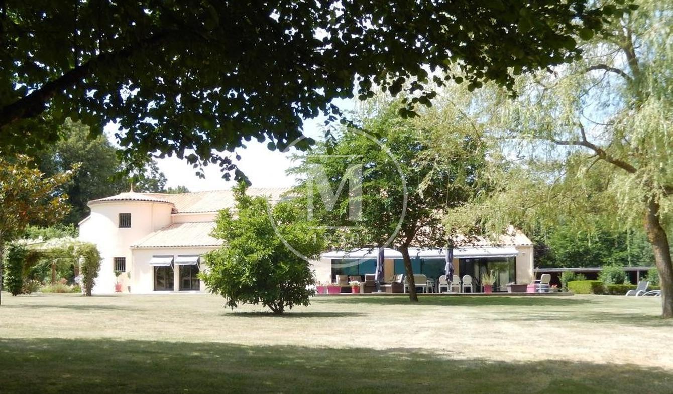Villa with pool La Crèche